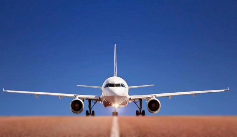 Avião na pista de decolagem na itália