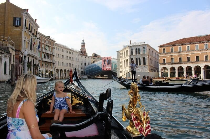 Criança andando de gôndola em Veneza