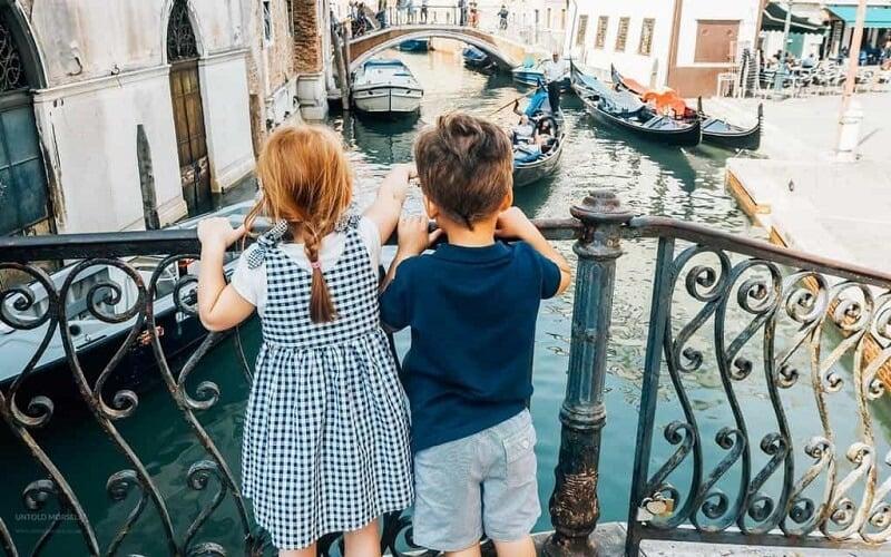 Crianças em ponte de Veneza