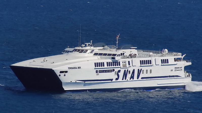 Ferry da empresa SNAV partindo para a Grécia