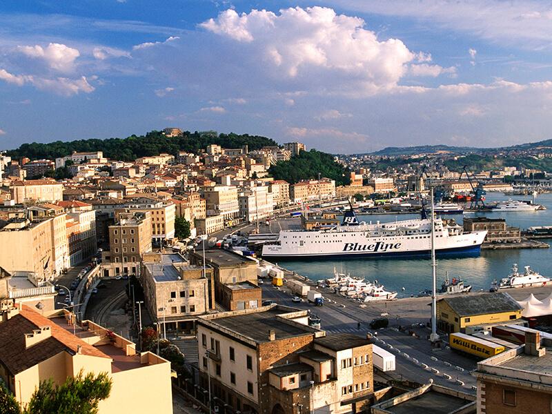 Porto da viagem de ferry entre Itália e Grécia
